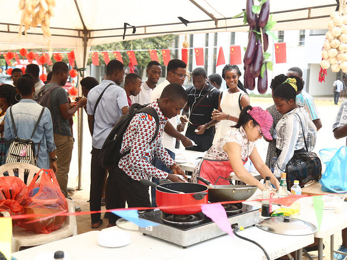 A section of the students observing the cooking of Chinese cuisines